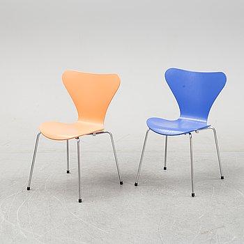 """Arne Jacobsen, stolar 2 st, """"Sjuan"""", Fritz Hansen, daterade 1998 och 1999."""