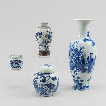 Two blue and white vases, a jar and a box with cover, China, late Qing dynasty.