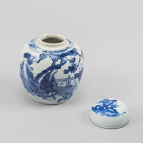 Vaser, två stycken, samt ask med lock och urna, porslin. kina, sen qingdynasti.