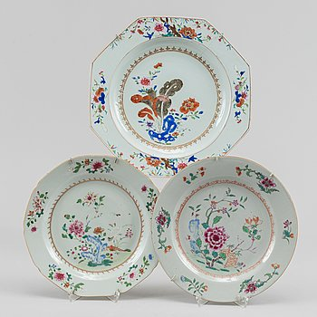 Fat samt tallrikar, två stycken, kompaniporslin. Qingdynastin, Qianlong (1736-95).