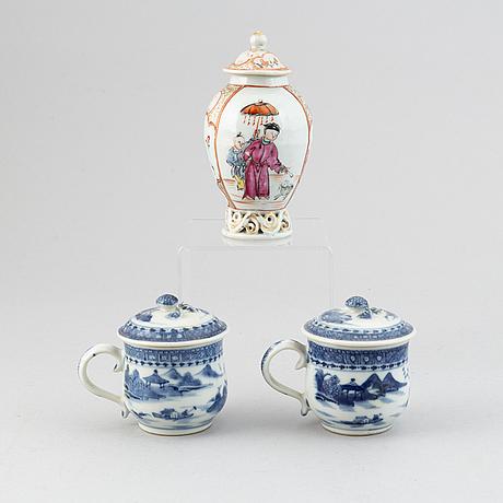 Cremekoppar med lock, ett par, samt tedosa med lock, kompaniporslin. qingdynastin, qianlong (1736-95).