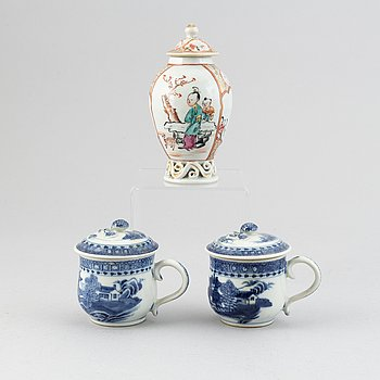 A pair of blue and white custard cups and a teacaddy with cover, Qing dynasty, Qianlong (1736-95).