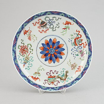 An enameled porcelain dish, Qing dynasty, late 19th/early 20th century.