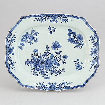 A large blue and white export porcelain serving dish, Qing dynasty, Qianlong (1736-95).