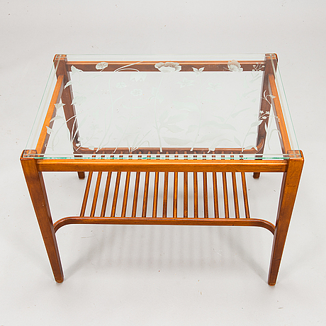 A mid-20th century coffee table / side table.