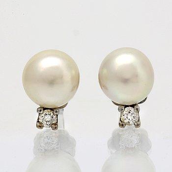 Örhängen 14K vitguld med 2 odlade pärlor ca 7,5 mm och 2 briljanter ca 0,04 ct totalt.
