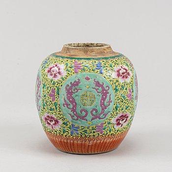 A famille rose jar, Qing dynasty, circa 1900.
