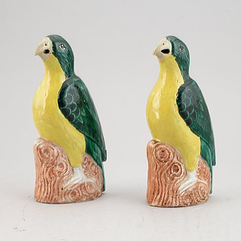 A pair of yellow and green glazed figures of birds, Qing dynasty, late 19th Century.