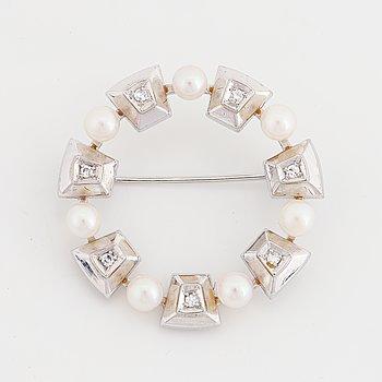 Brosch med pärlor och 8/8 slipade diamanter.