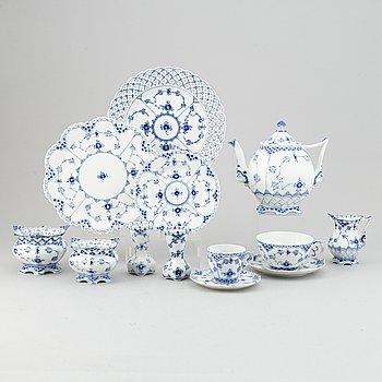 """Royal Copenhagen, te- och kaffeservis, 42 delar, """"Musselmalet"""" Danmark."""