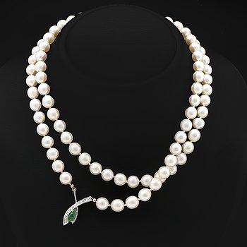 Elon Arenhill, cultured pearls approx 8,5 mm, clasp/pendant 18K whitegold 1 emerald and brilliant-cut diamonds.