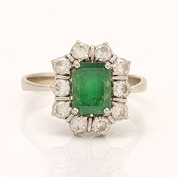 Ring 18K whitegold 1 emerald approx 5 x 8 mm, brilliant-cut Diamonds approx 0,70 ct in total, size approx 0,70 ct, size.