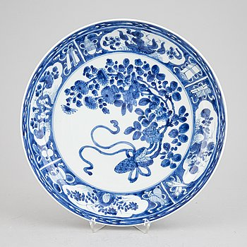 A Chinese blue and white porcelain dish, Qing dynasty, Kangxi (1662-1722).