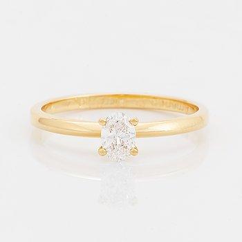 Ring 18K guld med en oval briljantslipad diamant.