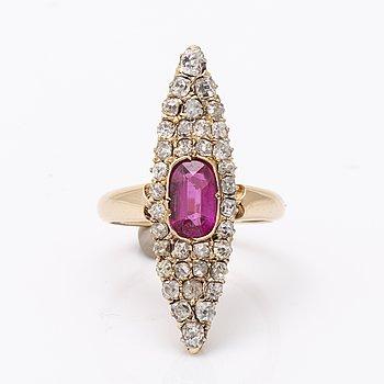 Ring 14K guld med syntetisk rubin och gammalslipade diamanter ca 1 ct totalt, längd och bredd ca 3 x 1 cm.