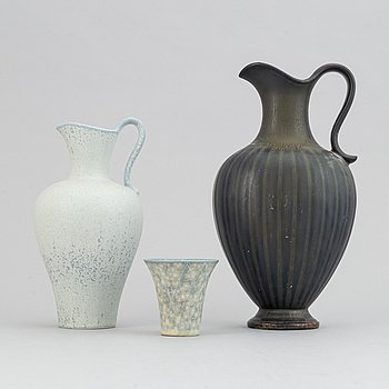 Gunnar Nylund, a set of two stoneware jugs and a vase, Rörstrand, 1950's/60's.