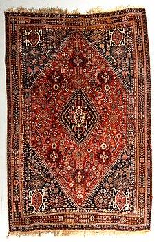 A carpet, a semi-antique Qashqai, ca 248-256 x 160-163,5 cm (as well as 2 cm flat weave at one end).