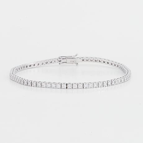 Brilliant cut diamond tennis bracelet.