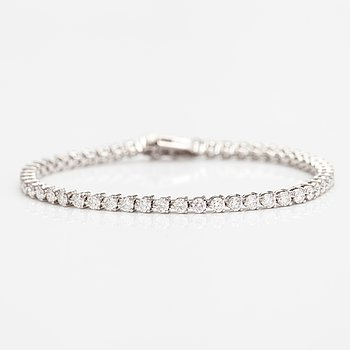 A tennis bracelet in 14K white gold and with ca. 5.00 ct of diamonds according to AIG certificate.