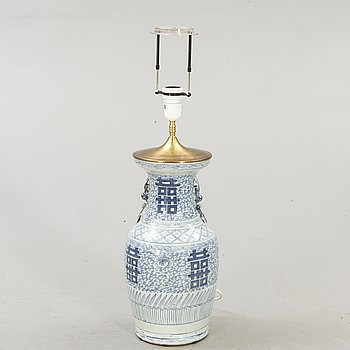 A Chinese porcelain table lamp around 1900.