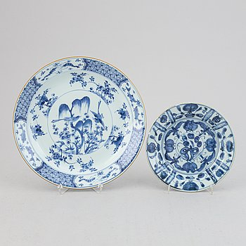 A blue and white plate and dish, Qing dynasty.