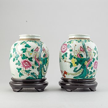 A pair of Chinese porcelain urns, 19th century.
