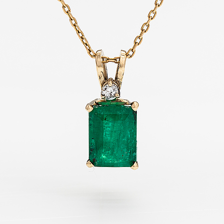 A 14k and 18k gold necklace with an ca. 2.22 ct emerald and a ca. 0.05 ct diamond.