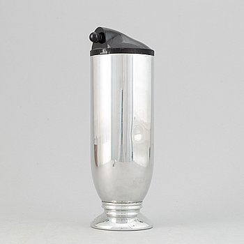 A chrome cocktail shaker, mid 20th Century.