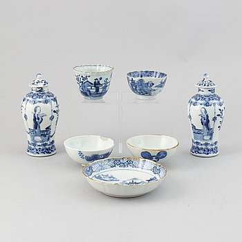 A group of blue and white chinese and japanese porcelain, 18th/19th Century. (7 pieces).