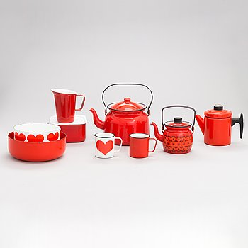 A set of 17 esrving dishes made of enamelled metal. Finel.