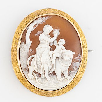 A cameo brooch in yellow metal.