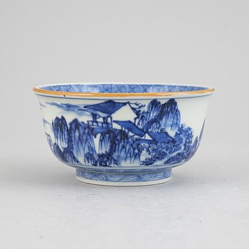 A blue and white Japanese bowl with double foot ring, for the Chinese market, around the year 1900.