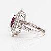 Sormus, 18k valkokultaa, rubiini n. 2.88 ct ja timantteja n. 1.93 ct yht igi -todistuksen mukaan.