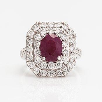 Ring, 18K vitguld, rubin ca 2.88 ct och diamanter ca 1.93 ct tot.