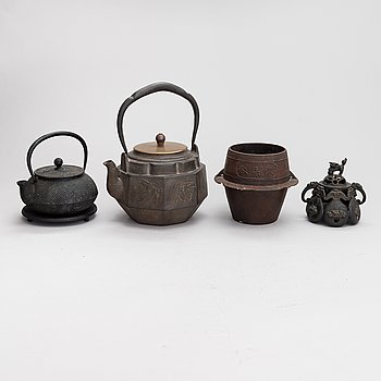 Two teapots, an incenser and bowl, China / Japan, first half of the 20th century.