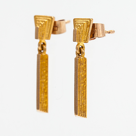 """Juhani linnovaara, a pair of 14k gold earrings """"drops"""". lapponia."""