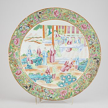 A large chinese Canton dish, Qing Dynasty, 19th century.