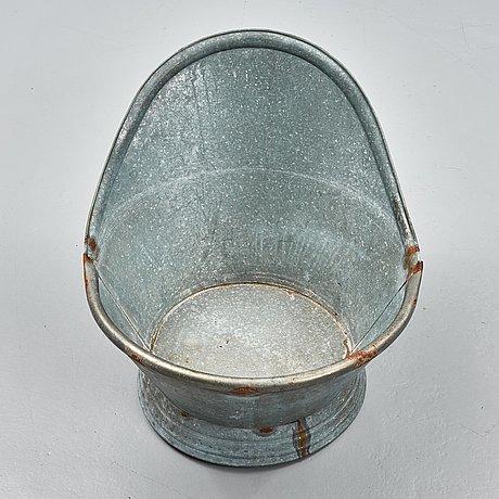 A zinc tub.