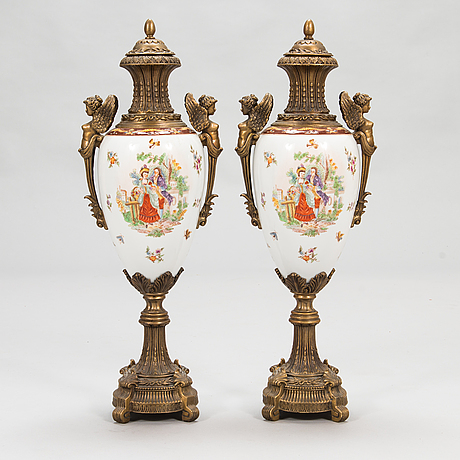 A pair of urns with lids, in bronze and porcelain, 20th century.