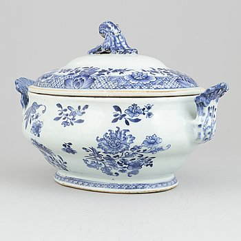A Chinese blue and white tureen with cover, Qing dynasty, Jiaqing (1796-1820).