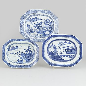 A set of three Chinese blue and white porcelain dishes, Qing dynasty, Qianlong (1736-1795) and Jiaqing (1796-1820).