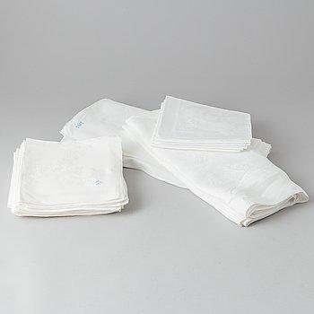 Dukar, 2 st. varav en med 10 servetter, och servetter, 16 st., linnedamast.