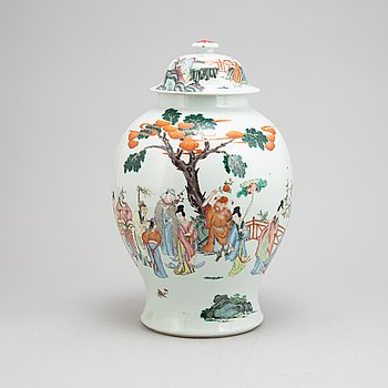 A Chinese porcelain urn with cover, 20th century.