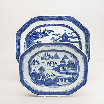 A set of two Chinese blue and white porcelain plates around 1800.