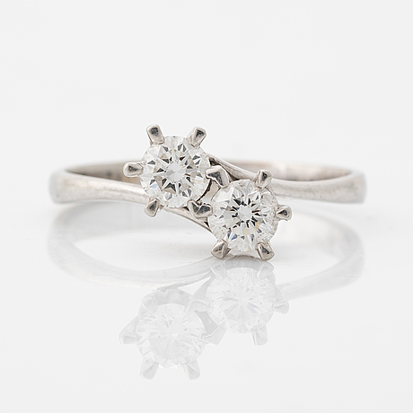 Brilliant cut diamond cross over ring.
