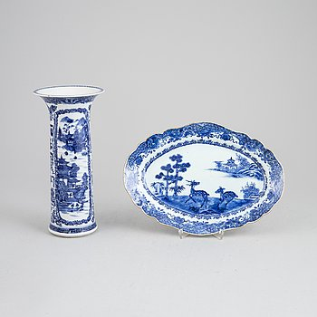 A blue and white porcelain serving dish and vase, Qingdynasti, Qianlong (1736-1795), and late 19th century.