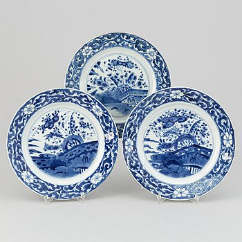 A set with 3 blue and white dinner plates, early 18th Century.