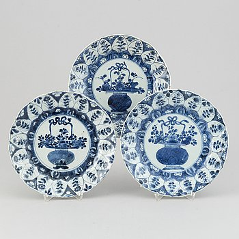 A set of thre blue and white plates, Qing dynasty, Kangxi (1662-1722).