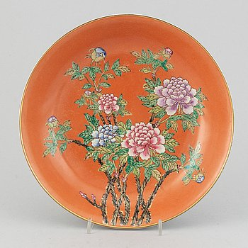 A famille rose dish, second half of the 20th century with Qianlong mark.