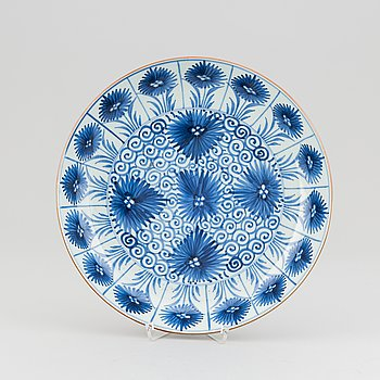 A blue and white serving dish, Qing dynasty, Qianlong (1736-95).